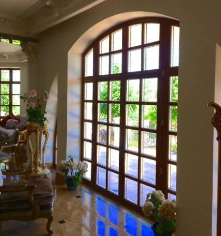 Большое арочное деревянное окно