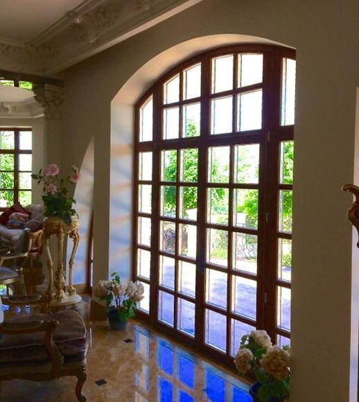 Деревянное окно в доме