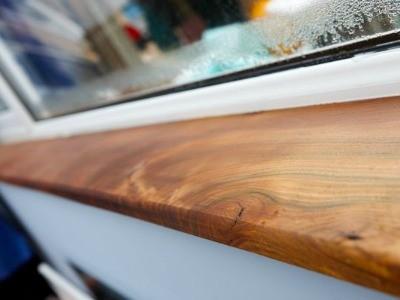 Узкий деревянный подоконник